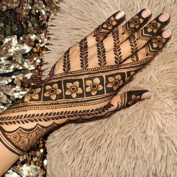 Beautiful mehndi with flowers
