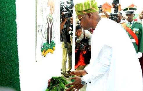 Gov. Ooyetola laying the wreath