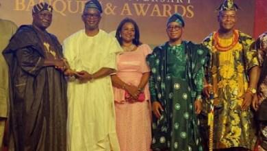 Prince Olagunsoye Oyinlola presenting the award to Chief Mike Awoyinfa