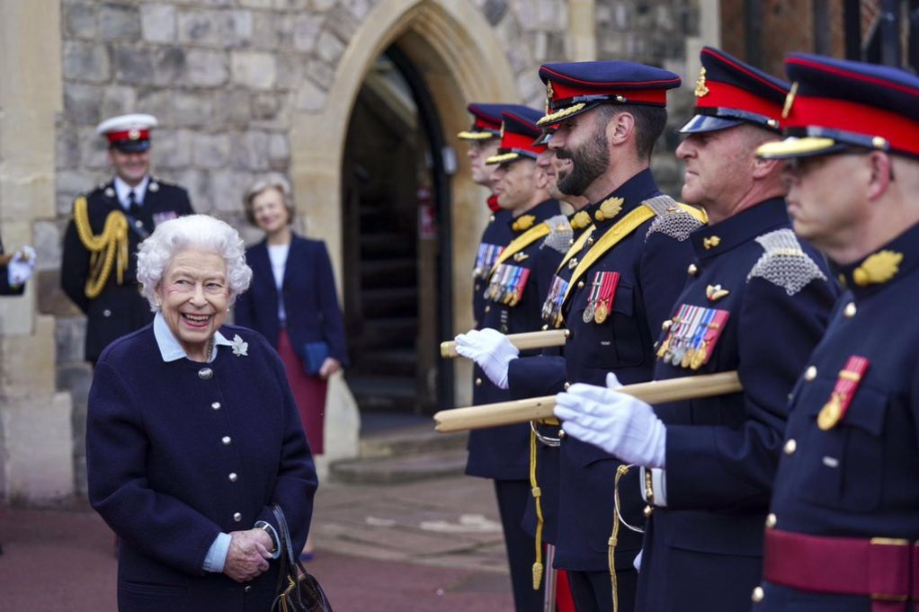 Her Majesty met troops from the Canadian military at Windsor Castle. (@RoyalFamily/Twitter)