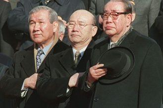全斗煥(中)和盧泰愚(左)既是同鄉,又是1951年入學的陸軍士官學校第十一期的同學,加入政壇後,盧更協助全發動軍事政變,多年來出生入死,是情如兄弟的戰友。(網上圖片)