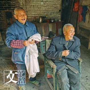 他知道很多老人沒有拍「車頭相」,他拍照時會帶上打印相,即場打印給老人。