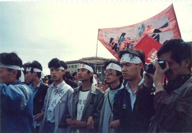 (右二)及王丹(右四)是八九民運的學生領袖。「六四」後,吾爾開希及王丹都被政府通緝,二人流亡海外,現時定居台灣