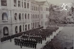 1844年5月1日,港府在憲報上宣布正式成立警隊,此為荷李活道警察總部舉行的警隊大會操,亦即今日「大館」的位置。(政府檔案處提供)