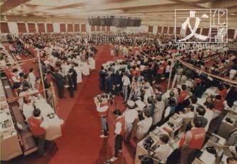 1986年香港聯合交易所開幕情景,自此香港的國際金融中心地位更為鞏固。(香港交易及結算所有限公司提供)