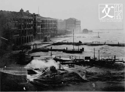 1906年9月香港遭遇特大颶風侵襲,慈禧太后下旨撥款3萬両銀賑濟香港災民,中區干諾道海旁被拍下天災可怕。(香港歷史博物館提供)