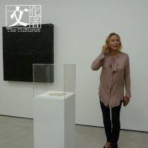 總監Andrea在展場介紹作品