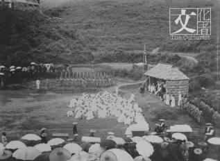 1899年大埔紳耆向港督卜力爵士前叩首。 (政府檔案處)