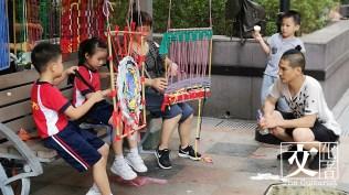 Yuki在荃灣街頭和街坊合作紡織