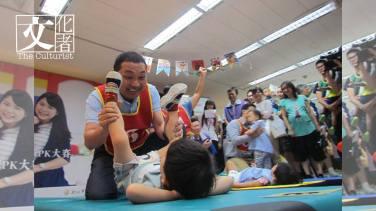 銅獎為新北前副市長侯友宜參加活動時為孩子換尿布,因為拍攝角度問題,於「失敗新聞照片大賽」獲得高票。(失敗新聞攝影展照片)