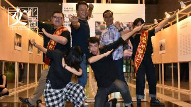 新北市長朱立倫、前台北縣長周錫瑋和一眾「失敗新聞攝影展」發起人合照。(新北市政府提供圖片)