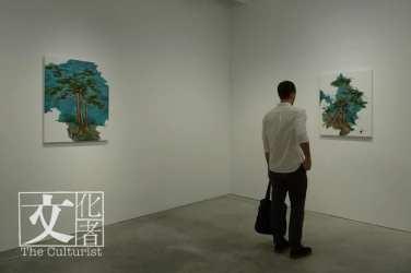 左方為曾梵志從《江行初雪圖》實驗得出而畫的石頭,以及右方為他以竪向筆觸所繪畫的大型抽象作品《無題》。(文化者攝)