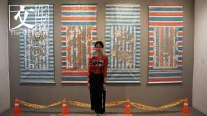 年輕藝術家洪瑄以最草根的工業用帆布和水泥來創作她的《21世紀龍紋地毯》。