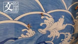 大看是工筆海浪甚是優美,仔細一看小人卻搶了一件胸圍,相當有玩味。