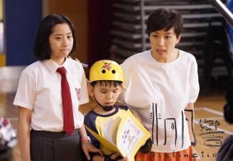 主角之一珈朗(中)是輕度智障學童,其真摯的演出打動 不少觀眾,谷祖琳(右)飾演他的音樂老師。(非同凡響劇照)