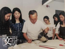 70歲的資深長衫師傅丁兆文(中)與周素梅師傅(左二),正親自教導學生煮製漿糊技考。(撮自《守藝傳芳》)