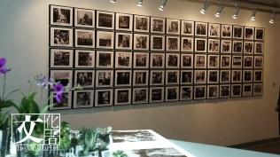 牆上70張作品經Xyza母親親筆寫上描述,當中大部分都是Xyza和家人以及和雷太的回憶。