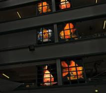 「怪房客」是藝術家Stephane Masson 的作品,在建築物窗戶投射金魚、古怪動物等古怪影像。