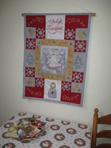 Mijn kerstquilt hangt aan de muur, kant en klaar!