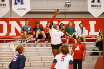 Senior outside hitter Courtney Warren totaled nine kills in the Cougars' win over the Green Wave. | Justin Tijerina/The Cougar