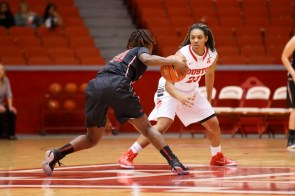 Freshman guard Moesha Kinard is starting to see more play time in each game and looks to make an impact on the Cougars' season. | Justin Tijerina/The Cougar