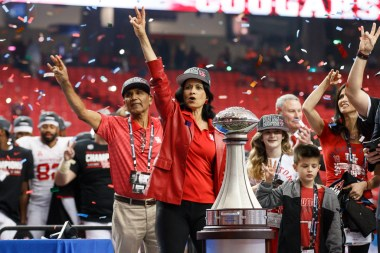 President Khator and her husband show their Cougar pride. | Justin Tijerina/The Cougar
