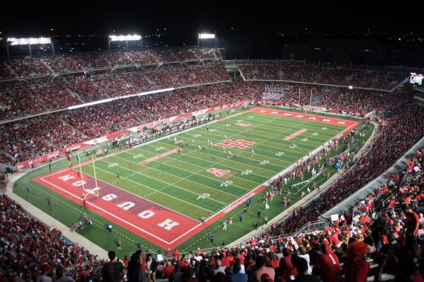 A crowd of 42,822, a new TDECU Stadium record, witnessed the Cougars dominate the No. 3 team in the country. | Ajani Stewart/The Cougar