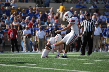 Houston struck first with just 49 seconds left in the first quarter when junior kicker Caden Novikoff split a 26-yard field goal through the uprights. The junior specialist is now a perfect 4-for-4 on kicks between 20-29 yards in 2017. | Thomas Dwyer/The Cougar