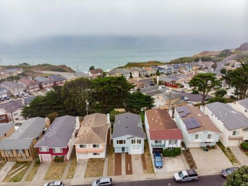 A row of ticky-tacky houses in Daly City.