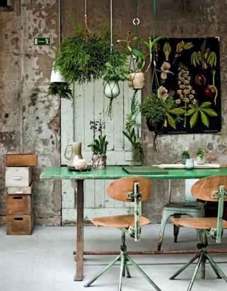 These hanging planters add a bit of life to this rustic industrial dining setup! Styled by Cleo Scheulderman and photographed by Jeroen van der Spek for vtwonen magazine | http://www.vtwonen.nl/blog/vtspreekuur/vtspreekuur-wat-doen-we-met-groen.html