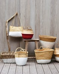 Not restricted to simply décor - some of these dipped baskets would make excellent beach or shopping bags | via http://www.marthastewart.com/267575/dip-dyed-baskets?xsc=eml_org_2011_04_19