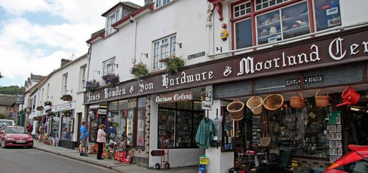 Chagford's famous ironmongery stores, Webbers and Bowdens by Brian Snelson used under Creative Commons Attribuzione 2.0 Generico