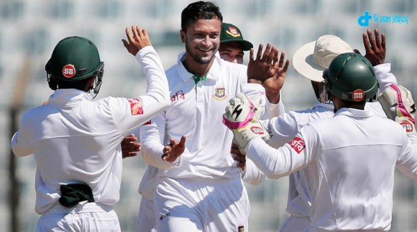 Bangladesh's Shakib Al Hasan, second left, celebrates with team mates after the dismissal of England's captain Alastair Cook, during the first day of their first cricket test match in Chittagong, Bangladesh, Thursday, Oct. 20, 2016. (AP Photo/A.M. Ahad)