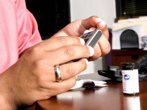 Foto: Testen den Blutzuckerspiegel - Asiatische Amerikaner nicht für Diabetes gezeigt