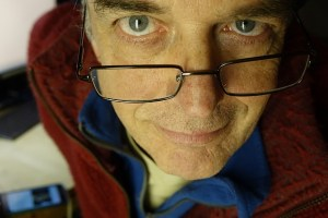 高级的照片 - 链接到老年人缺铁的听力损失