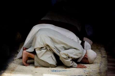 Men praying at Hazrat Bal Shrine.