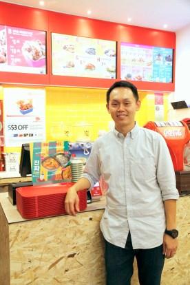 「我們是新加坡的第一家韓式快餐店,應該也是第一個得到『清真(Halal)認證』的韓式快餐店。」鄭義翰說。