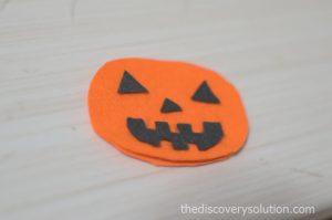 フェルトでかぼちゃの顔を作ります
