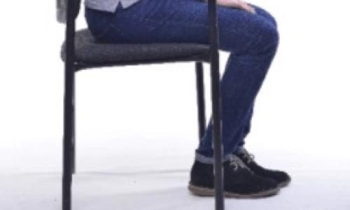 椅子に座って足を浮かす筋トレダイエット