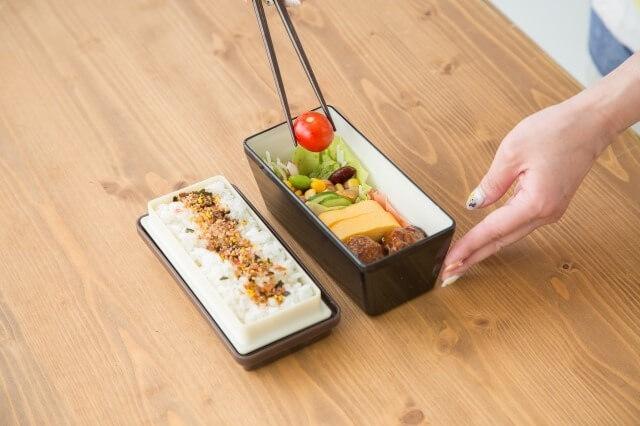 お弁当にコンビニの具材を詰め替えて手作りっぽくする方法