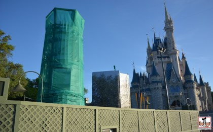 Hub Construction continues closer to the castle. The popcorn and Ice Cream stands that used to be near the castle are gone... New Turrets are being constructed to extend the castle into the hub.