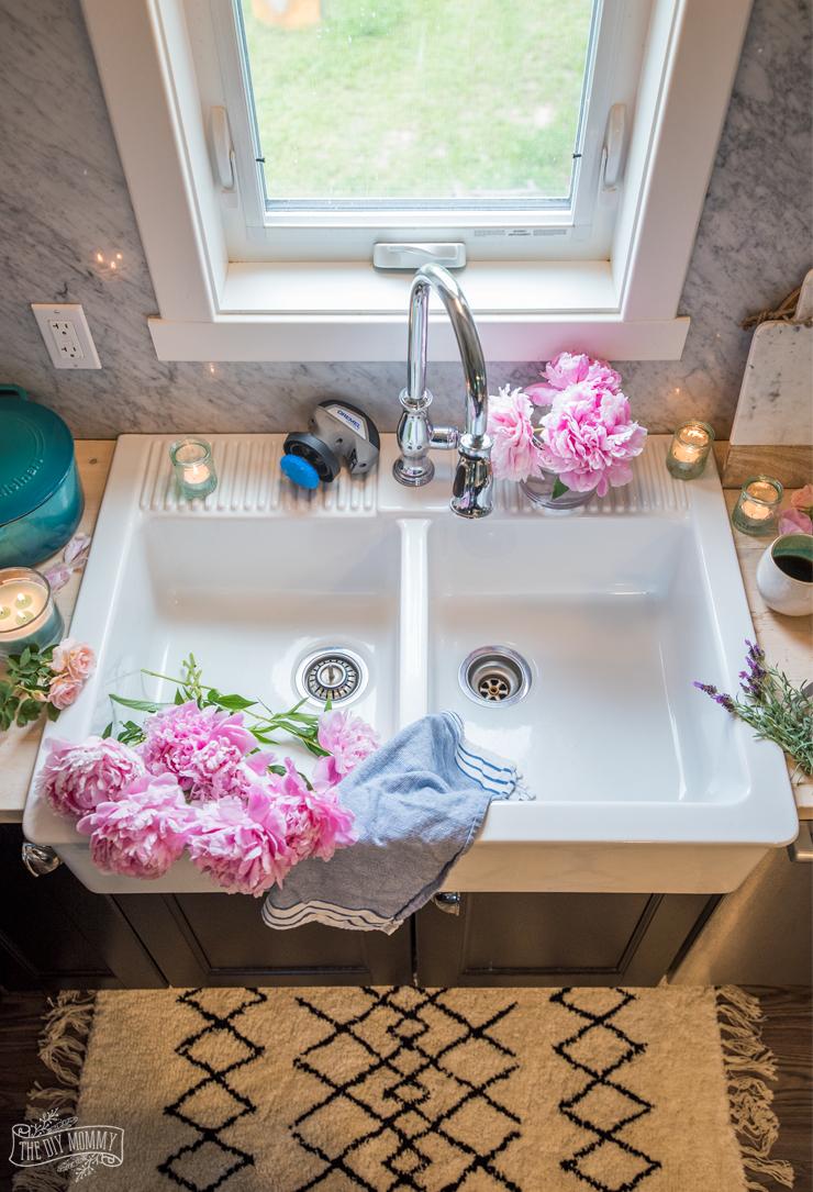 how to clean a white farmhouse sink