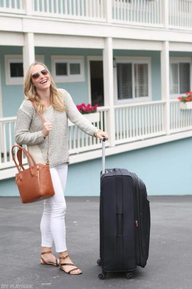 travel-carmel-casey-suticase-laughing-fashion-white-jeans