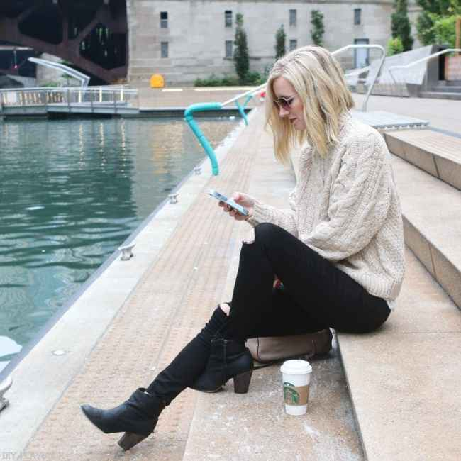 chicago_bridget_fashion_fall-riverwalk-jeans-sweater-phone-cell