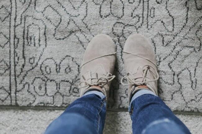 lowes-makeover-bedroom-reveal-rug-toms-jeans