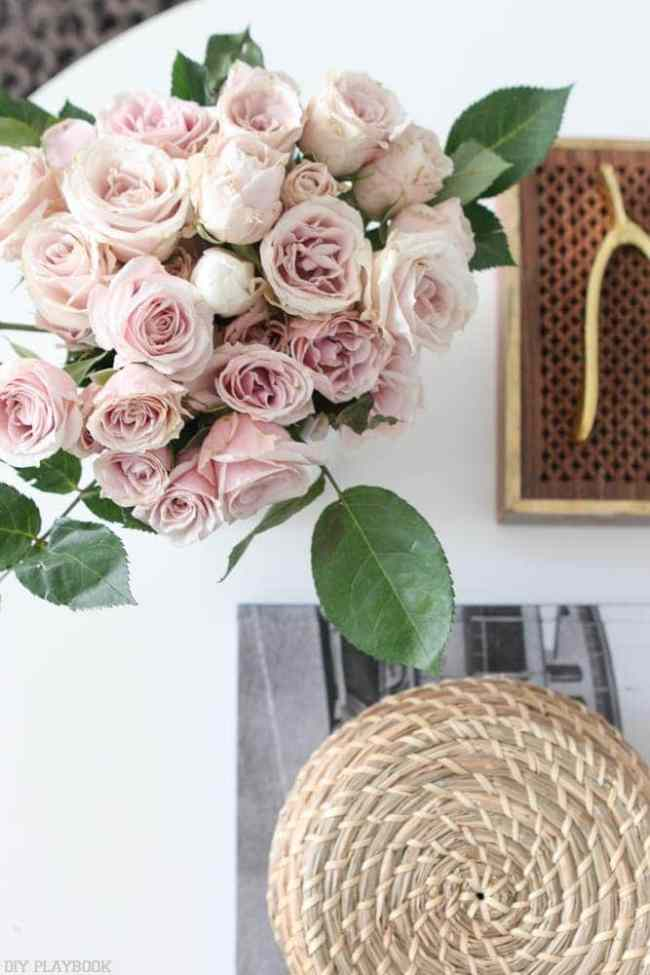 round_modern_coffee_table-accessories_flowers