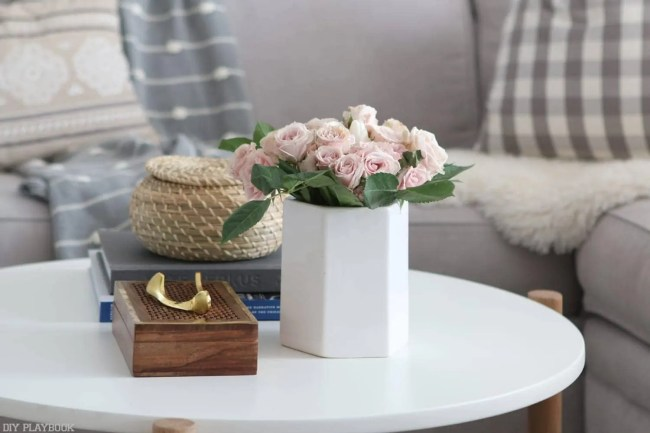 round_modern_coffee_table-geometric_white_vase