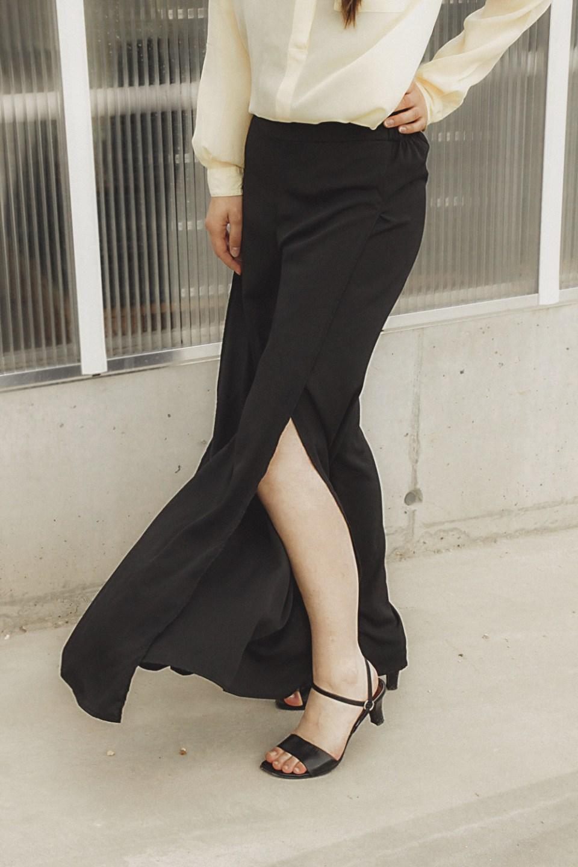 Weite Hose mit hohem Schlitz