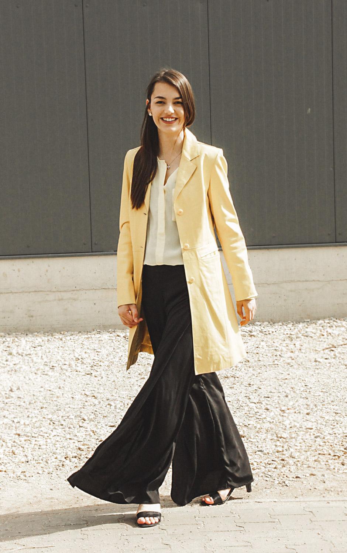 Look mit weiter Hose, gelben Mantel und Bluse