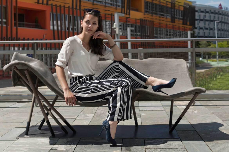 Frau auf Bank, Stoffhose H&M